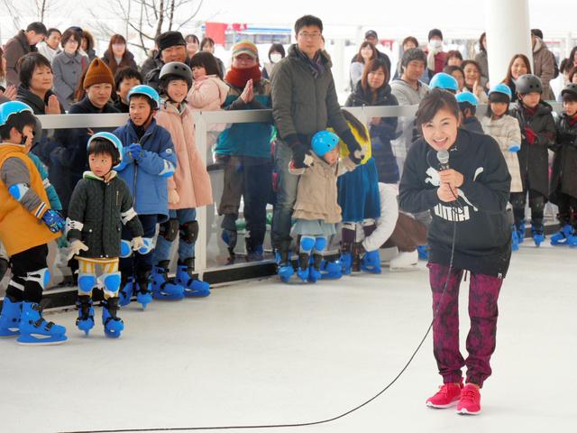 子供たちにスケートを教える村上佳菜子さん=小矢部市西中野