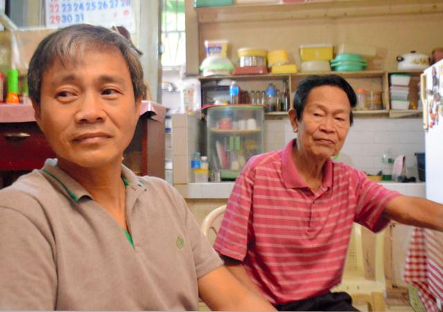 「ミノル」という日本名をもつメラニオ・アウステロ・タクミさん(右)は「私は偽者じゃない」と訴える。長男のジュセブンさんも父が日本国籍を認められない状況に心を痛めている=フィリピン南部マビニ、大久保真紀撮影