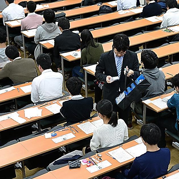 英語のリスニング機器が配られる大学入試センター試験の会場=13日、東京都文京区の東京大学