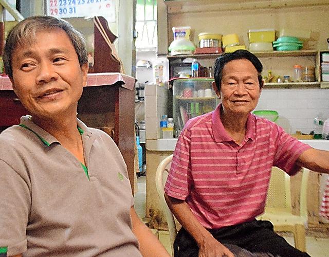 タクミさん(右)は「私は偽者じゃない」と訴える。長男のジュセブンさんも心を痛めている=フィリピン南部マビニ