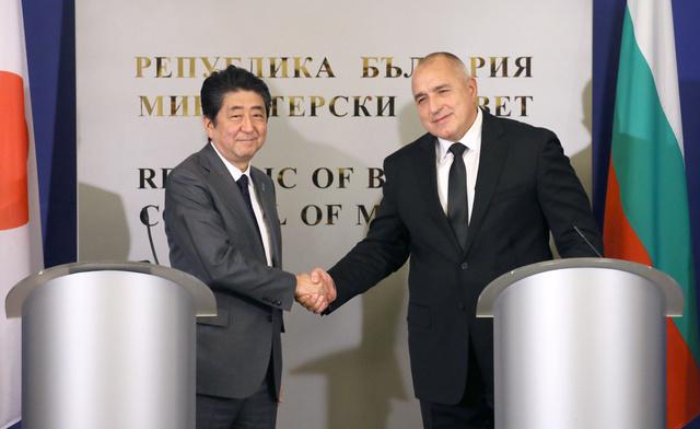 ブルガリアのボリソフ首相(右)との共同記者発表を終え、握手する安倍晋三首相=14日、ソフィア、岩下毅撮影