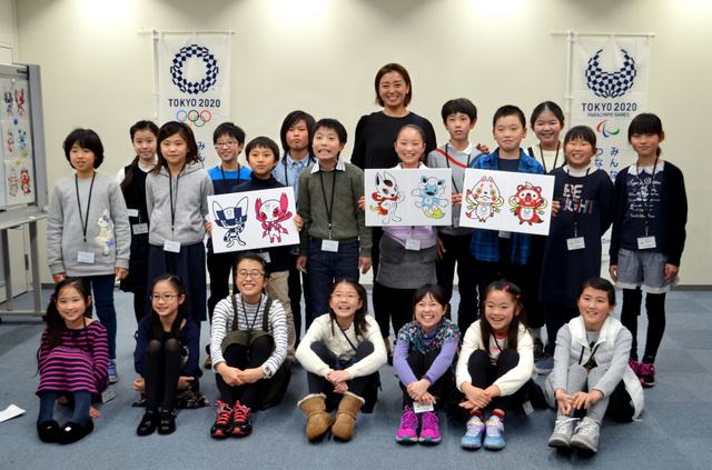 マスコットを選ぶ模擬授業を終え、記念写真に納まる伊藤華英先生(後方中央)と小学生たち