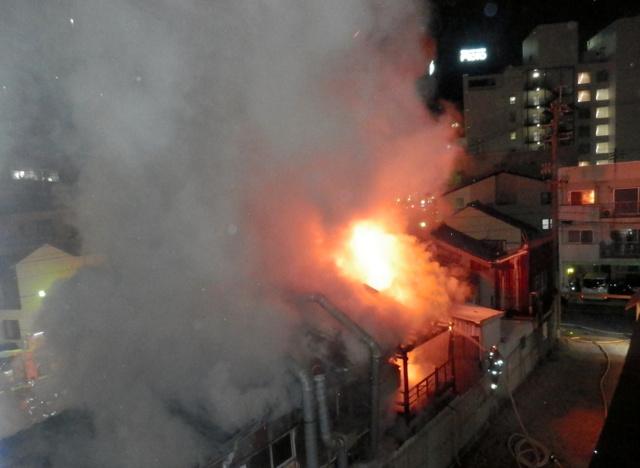 激しく燃える建物(名古屋市中区新栄2丁目、読者提供)