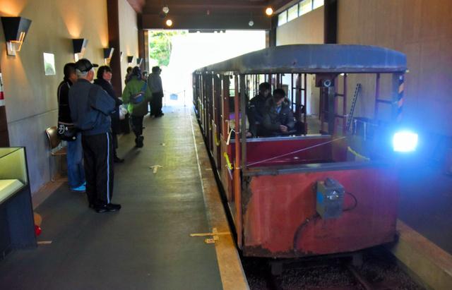 坑道外のホームに着いたトロッコ列車。車体は老朽化が進んだ=いちき串木野市