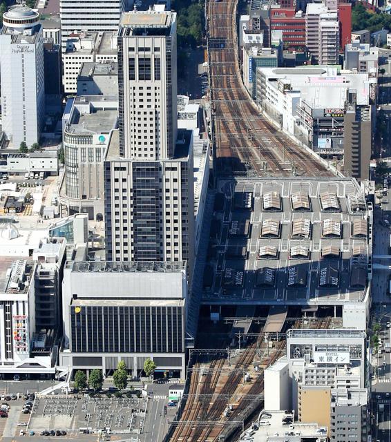 東側から見たJR札幌駅。南側(写真左)が1番線で、北側(同右)には11番線まである=2015年8月、朝日新聞社ヘリから