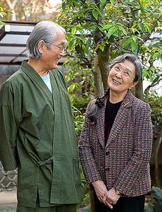 仲の良い石川さん夫妻。一番の苦労について尋ねると、「なんだと思う」「あなたが一番ご存じなんじゃないですか」=滝沢美穂子撮影