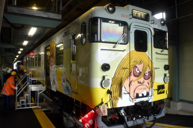 図柄を一新した「砂かけばばあ」列車=いずれも米子市日ノ出町2丁目