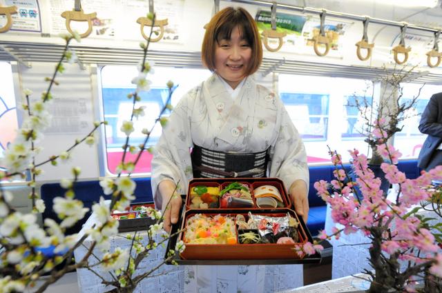 盆梅展列車では梅にちなんだ料理が楽しめる=本巣市曽井中島