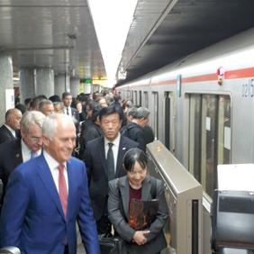 豪首相、丸ノ内線に現る 手すりにつかまり、笑顔で視察