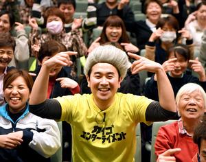 「介護エンターテイナー」の石田竜生さん=大阪府忠岡町、小林一茂撮影
