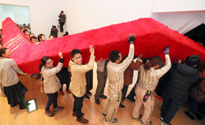豊田市美術館「入らなさそうでぎりぎり入るアート」搬入