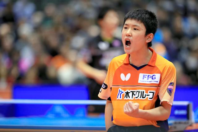 男子シングルス決勝、ポイントを奪い、ガッツポーズする張本智和=長島一浩撮影