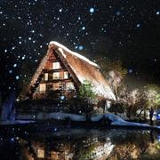 白川郷、夜空に浮かぶ合掌造り集落 ライトアップ始まる