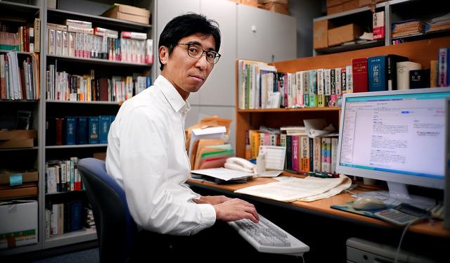 職場では数え切れないほどの資料に囲まれているが、机の上はいつも整頓されている。ひざの上にキーボードが仕事中のスタイルだ=東京都千代田区、浅野哲司撮影