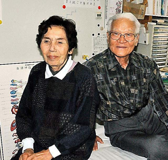 三輪寿美雄と妻の美智子。カイロプラクティックの施術院になっている自宅で=宮崎県延岡市