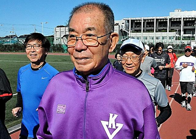駒沢大健康づくり教室でジョギングコースの参加者に囲まれる森本葵=2017年11月