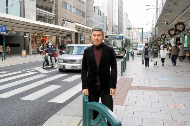 藤井聡さん=京都市の四条通り