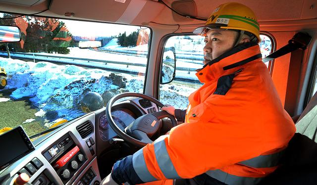 運転席の視点の高さは約3メートル。晴れた日でも、豪雪に埋もれた状況を想像しながら、路肩の様子などに目をこらす=北海道岩見沢市、伊藤健次撮影