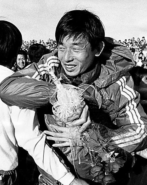 1976年の日本リーグで古河電工が優勝し、涙ぐむ監督の鎌田光夫=東京・西が丘サッカー場