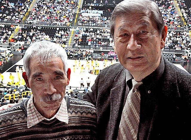 全日本バスケットボール選手権で「古巣」を応援した中村邦彦(右)と志賀政司=1月6日、さいたま市