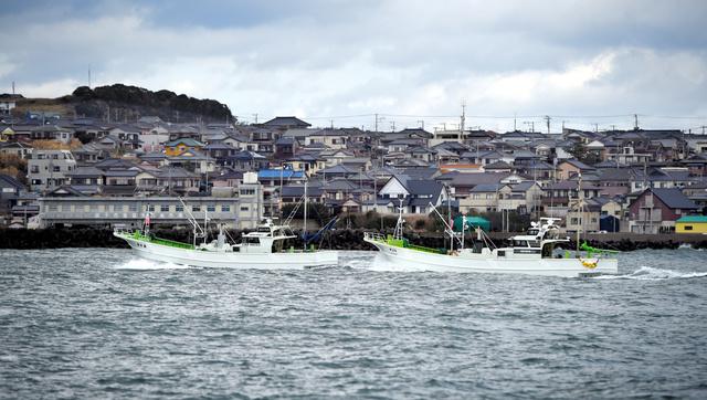 海に臨む斜面に家々が密集する外川のまち。江戸時代の街区が残る。キンメダイ漁船が港に急ぐ=千葉県銚子市外川町沖、外山俊樹…