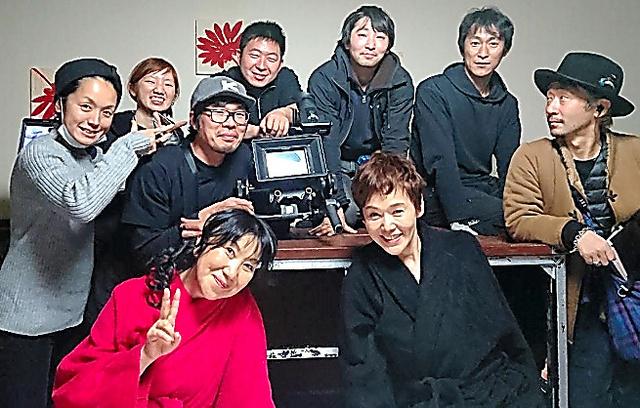 室井滋さんと撮影部のみんなと。めがねを掛けているのがジョン君、右から3人目がガク君です