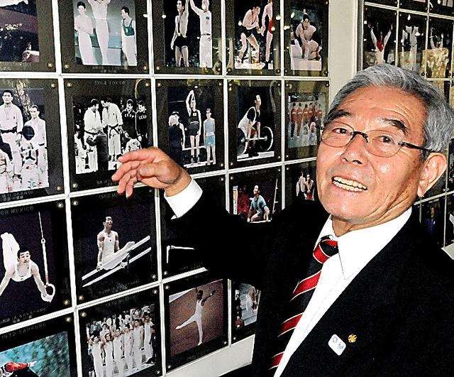 東京五輪の写真を懐かしそうに説明する早田卓次=東京・岸記念体育会館