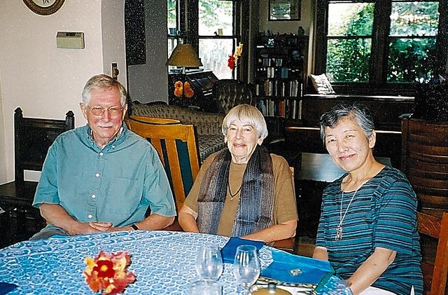 ル・グウィン夫妻と清水真砂子さん(右端)=2003年、米オレゴン州ポートランド、清水さん提供
