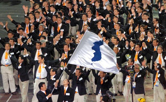 シドニー五輪で統一旗を掲げ、一緒に入場行進する韓国と北朝鮮の選手たち=2000年9月、シドニー・五輪スタジアム、溝脇正撮影