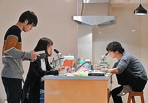久部六郎と三澄ミコトと中堂系(左から)。3人の関係はどうなるか