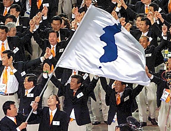 シドニー五輪で統一旗を掲げ、一緒に入場行進する韓国と北朝鮮の選手たち=2000年9月