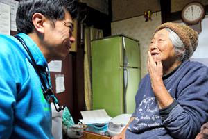 月2回の花戸医師の訪問診療で、笑顔をみせる端野マツエさん=滋賀県東近江市