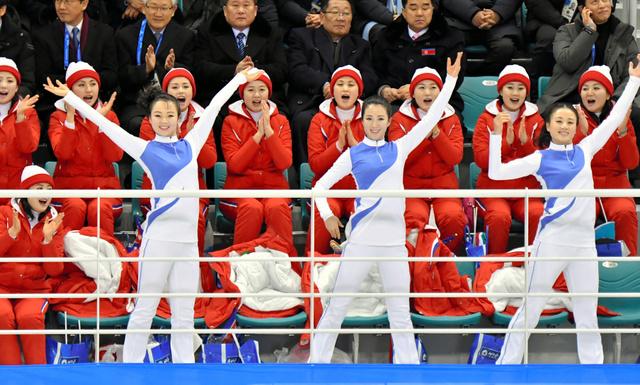 女子アイスホッケーの南北合同チームの初試合で応援する北朝鮮の応援団=10日、韓国・江陵の関東ホッケーセンター、北村玲奈撮影
