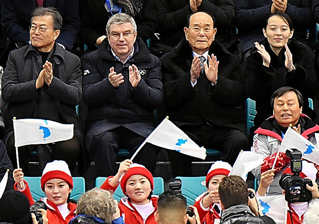 初試合を観戦する(上段左から)韓国の文在寅大統領、IOCのバッハ会長、北朝鮮の金永南最高人民会議常任委員長、金与正氏=10日、韓国・江陵、北村玲奈撮影