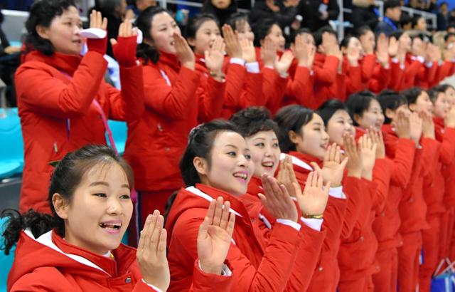 南北合同チームの初試合の会場で応援する北朝鮮の応援団=北村玲奈撮影