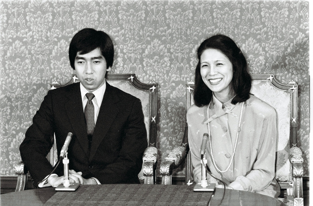 婚約発表の会見に臨んだ高円宮さまと久子さま=1984年8月1日、宮内庁