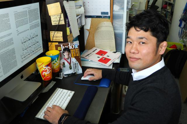 筑波大学大学院で勉強する平岡拓晃さん=筑波大で