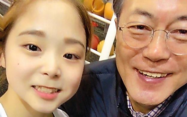 文大統領(右)とも自撮りした李恩朱さん=李恩朱さん提供