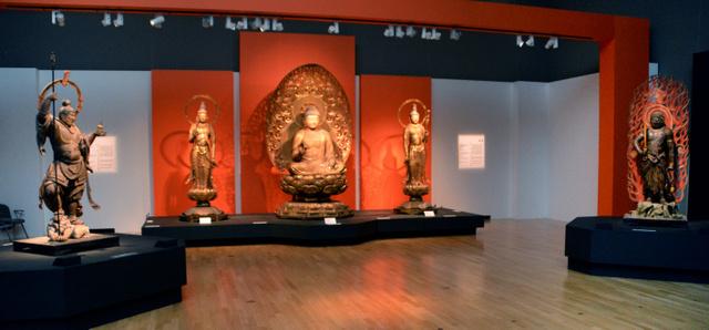 特別展「運慶」でそろい踏みした浄楽寺の五体仏。中央の3体は阿弥陀如来と両脇侍、不動明王(右)、毘沙門天(左)=東京都台東区