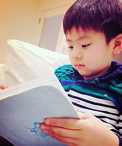今日も帰ってすぐ本を読んでいる七緒八くん(母の愛ちゃん撮影)