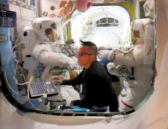 宇宙服を着てISSの船外に出る準備をする金井宣茂飛行士(左)ら=NASAテレビから