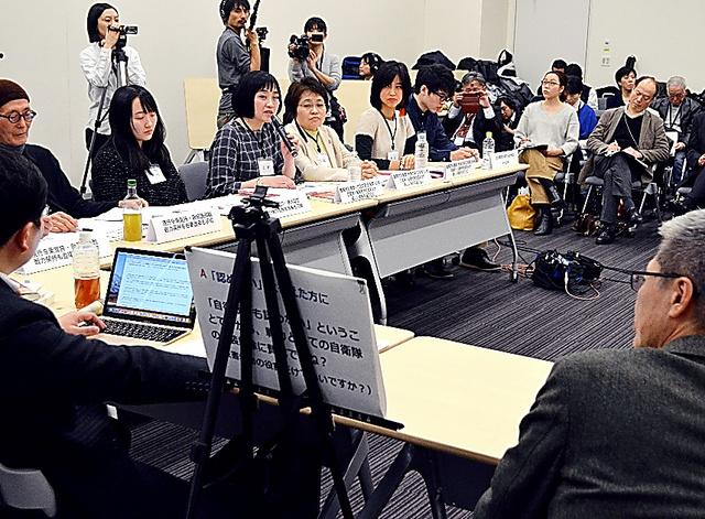 憲法9条や自衛隊のあり方をめぐり白熱した議論を交わす参加者たち=15日午後、東京・永田町
