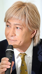 記者会見で引退を発表した小室哲哉さん=1月19日、東京都港区