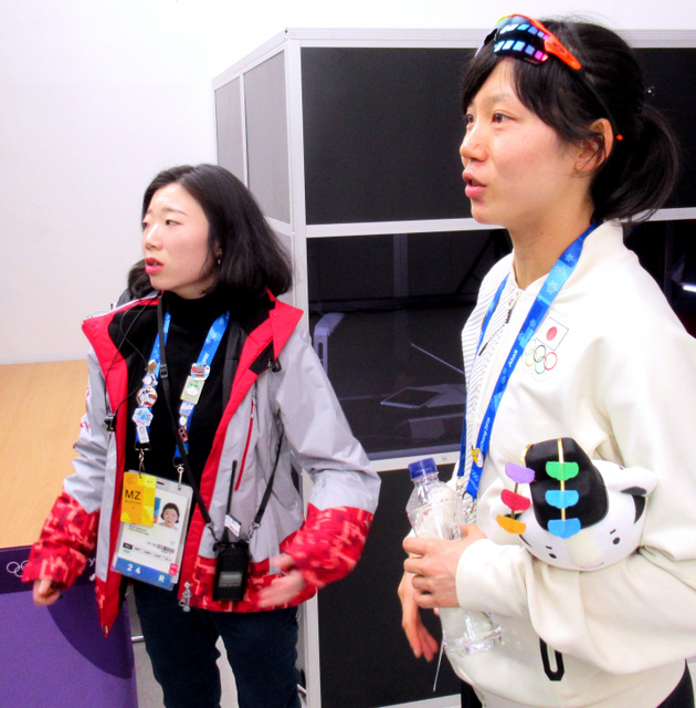 メダルを獲得した高木美帆(右)と日本語でやりとりする金守彬さん