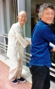 3月下旬、膵臓がんを告知された直後の父(左)。十数年前から腰痛を訴え、この2年ほどはほとんど歩こうとしなかったが、入院後はリハビリを嫌がらず、見舞った私の夫と笑顔で歩行練習に励んだ=都内の大学病院で