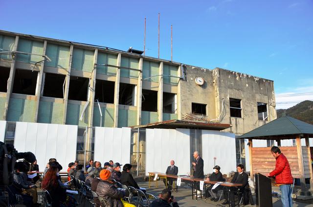 旧役場庁舎前で、住民有志の会発足の集会が開かれた。解体を明言する平野町長と、保存を訴える碇川豊・元町長が同席した=10日、大槌町