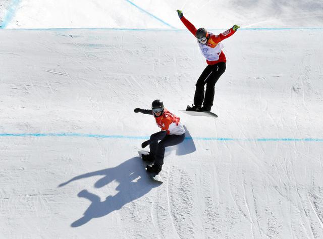 スノーボード女子クロスに出場した米代表のリンゼイ・ジャコベリス(手前)=AP