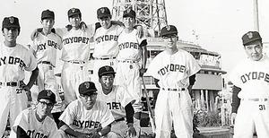 自動車販売会社でトップセールスマンだった頃の小松さん(右から3人目)。職場の同僚たちとは野球チームを結成した=本人提供