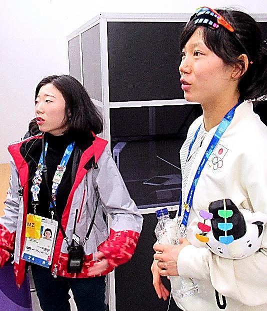 高木美帆(右)と日本語でやりとりする金守彬さん