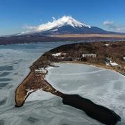 山中湖の氷、春の日差しに緩む ワカサギ釣りは今季終了